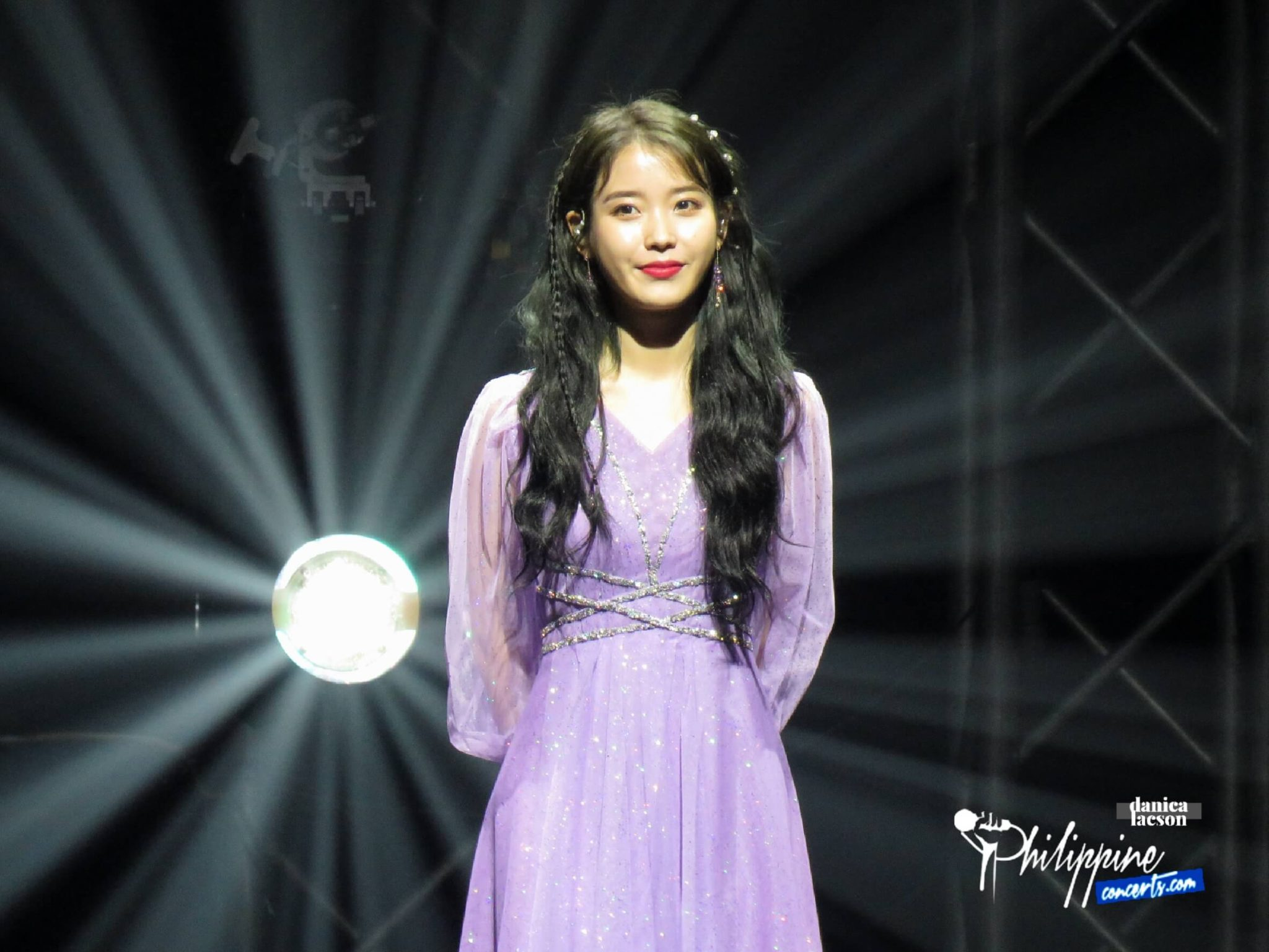 "IU Meets MA-AENAs On A Friday In Her ""Blueming"" Debut On PH Concert Stage"