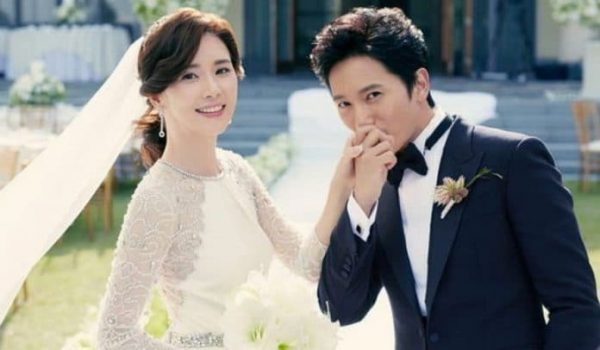 """Ji Sung Shows Support For His Wife Lee Bo Young With A Sweet Gift To The Set Of Her Drama """"Mine"""""""